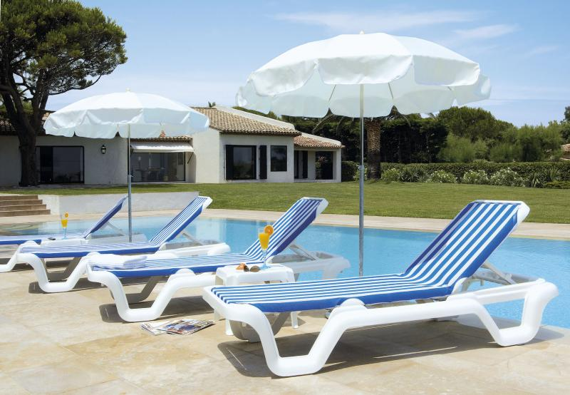 mobiliers de piscine mobilier de terrasse teck. Black Bedroom Furniture Sets. Home Design Ideas